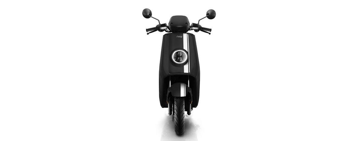 NIU NQi GTs Pro elektriskais motorolleris, melns ar baltām svītrām