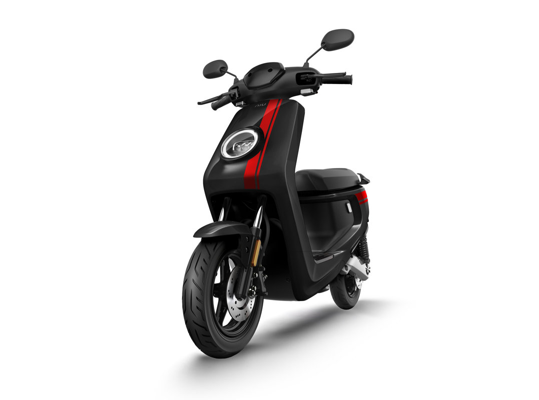 NIU MQi+ Sport elektriskais motorolleris, melns ar sarkanām svītrām